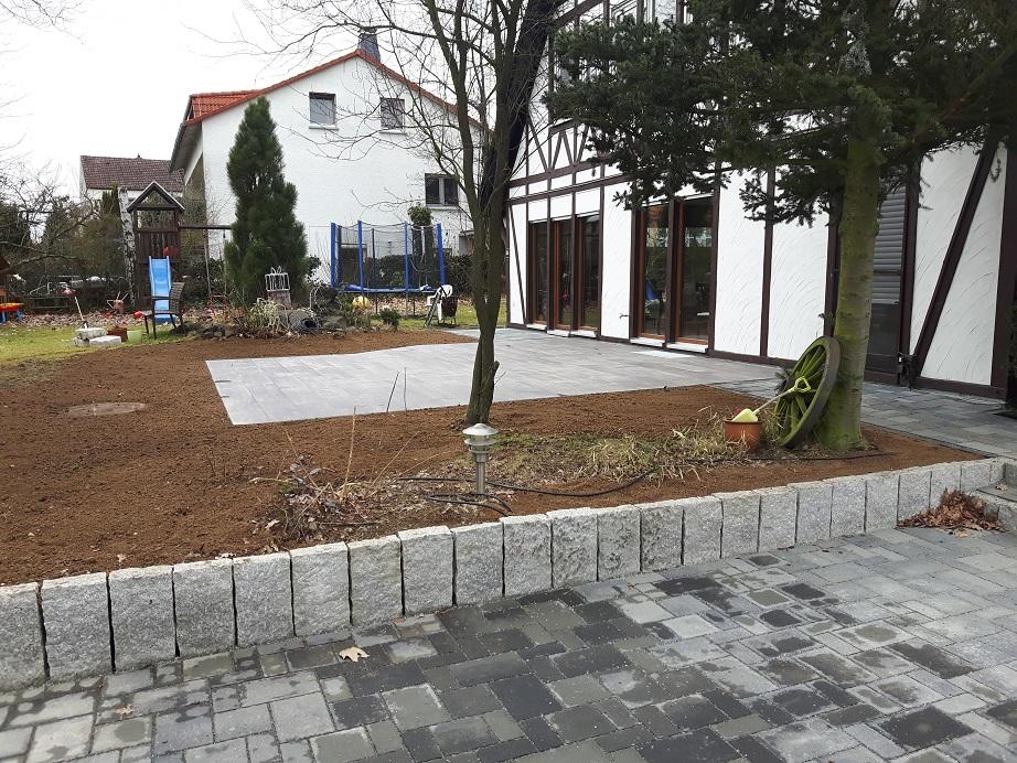 Keramikplatten Terrasse privatgarten garbenteich mauer aus granitpalisaden und terrasse